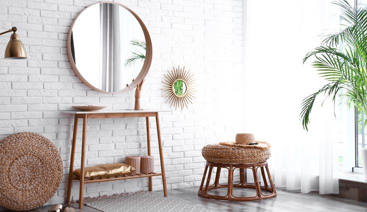 Busca un lugar donde de la luz de la ventana para que el espejo produzca más luminosidad