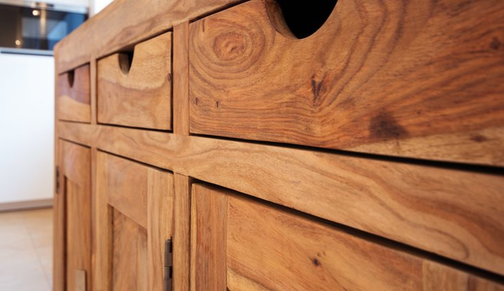La madera de pino se puede usar para fabricar muebles o suelos