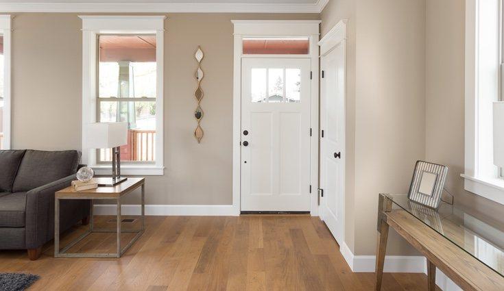 Combinar diferentes elementos decorativos puede hacer del recibidor un gran espacio