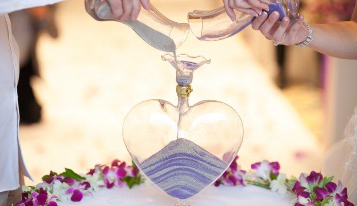 La ceremonia de la arena suele celebrarse en bodas de playa