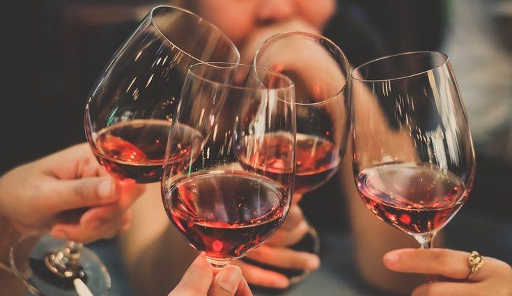 La ceremonia del vino simboliza la unión de los novios en una sola sangre