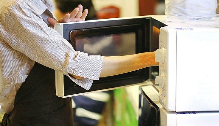 El microondas es sin lugar a dudas uno de los aparatos eléctricos más usados <en cualquier hogar del mundo.