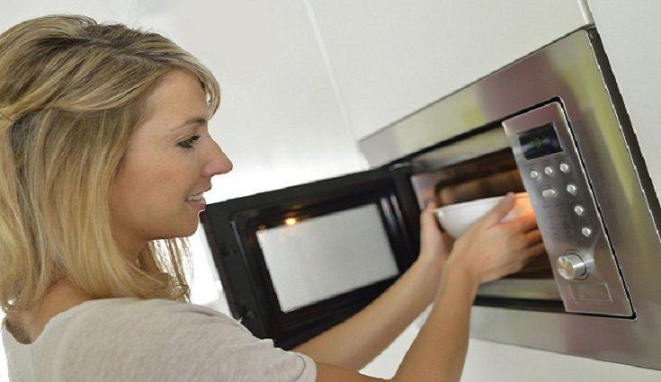 El jabón del lavavajillas también es perfecto a la hora de eliminar toda la suciedad acumulada en el microondas