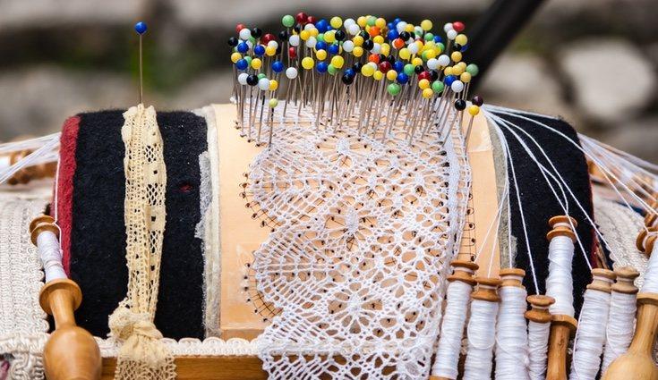 El tejido se sujeta con alfileres clavados a una almohadilla